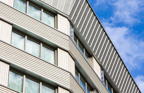 Talstation und Hotel in der Schweiz mit Roofinox Pearl Edelstahl Dach und Fassade.