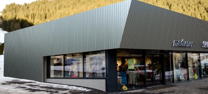 Fassade mit Roofinox Zagros und Atlas, Geschäft madlener