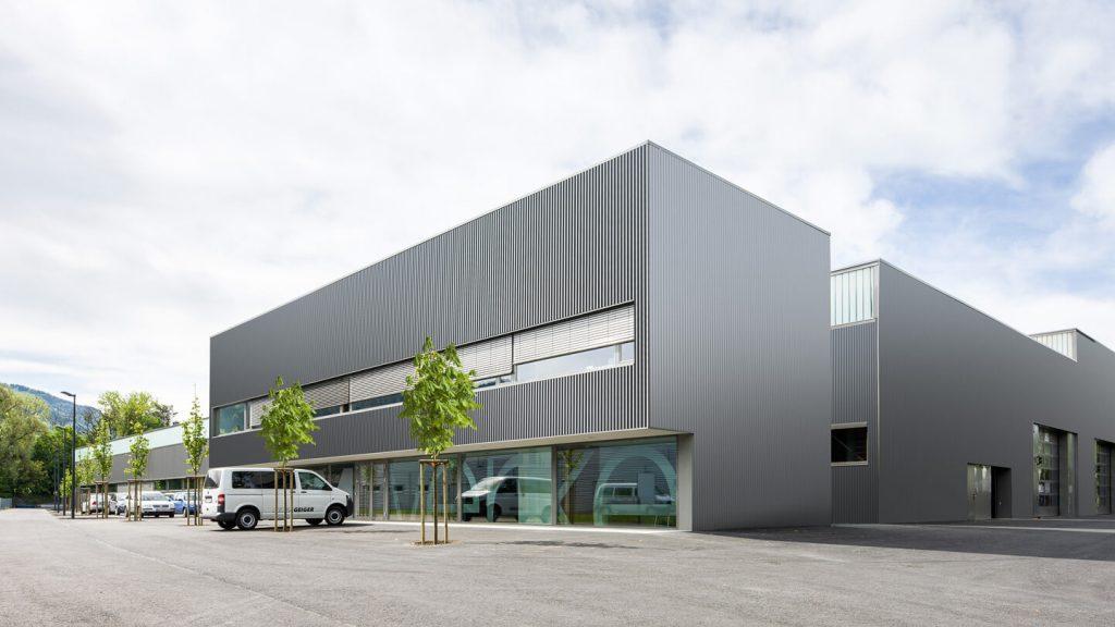 Gebäude mit Roofinox Jura Fassade aus Edelstahl