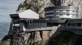 Bergstation in der Schweiz mit Roofinox Pearl Edelstahl Fassade