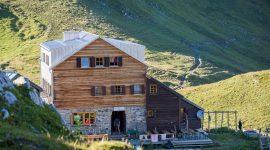 Holzhütte in Österreich mit Roofinox Plus matt Edelstahl Dach
