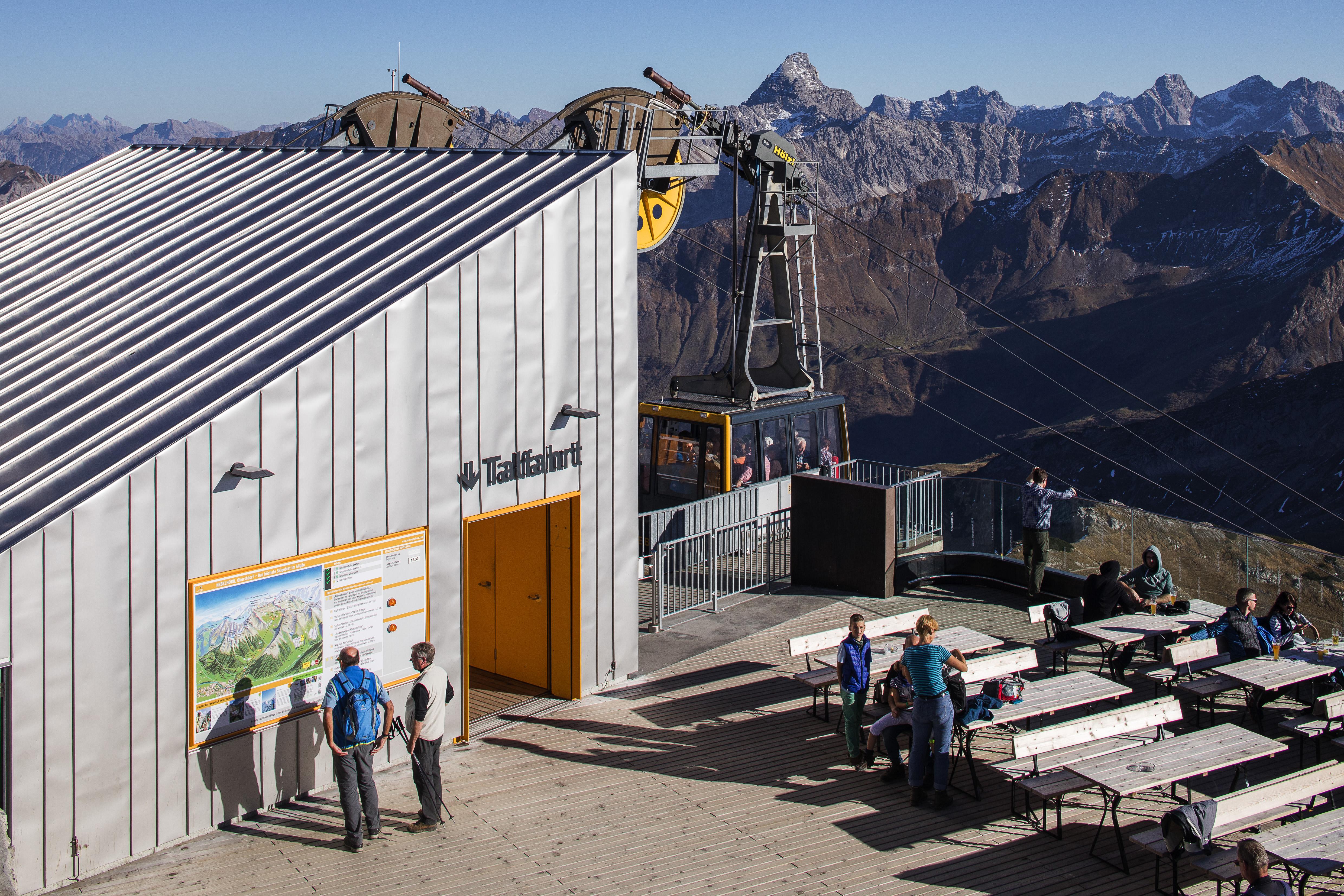 Haus mit Roofinox Classic Edelstahl Oberfläche. Diese Oberfläche ist matt mit sehr geringem Reflexionsgrad, der durch kalte Bürstwalzung erreicht wird.