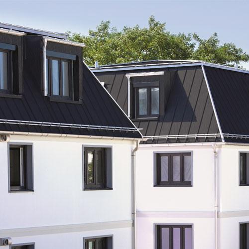 Mansardendach mit Dachrinnen und Stehfalzdach in Roofinox Spectra Vulcano HFX-Edelstahl