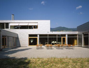 Manufaktur Gebäude mit Grid Fassade. Haus mit großflächigem Format der Wandraute.