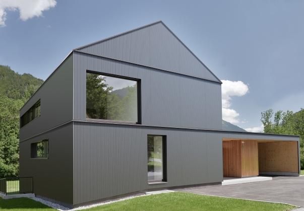 Haus mit Roofinox Ural Altai Fassade mit Plissee-Effekt