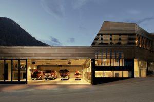 elektrogefärbte Fassade Dura aus HFX Edelstahl am HELP Blaulichtzentrum in Ischgl