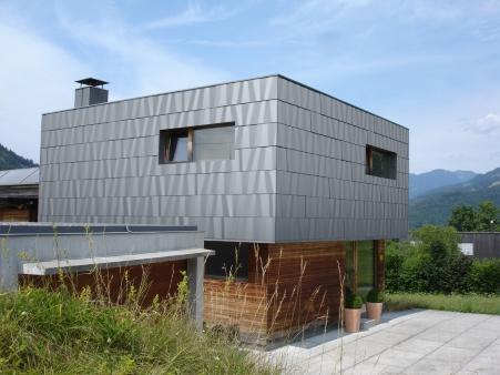 modernes Fassadendesign, Haus mit Roofinox Axis Edelstahl Fassade. wellenartiges Bild
