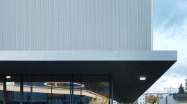 Roofinox Classic Spitzprofil bei der Fassade des Sportparks Hüttenbrennergasse in Graz.