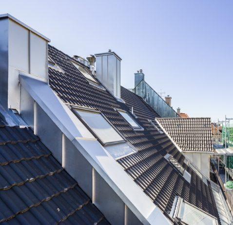 Hausdach mit Roofinox Edelstahl Kantteilen und Abdeckungen, Einfassungen und Verwahrungen. Verblechungen und Abschlüsse aus Edelstahl.