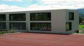 Schulgebaeude in der Schweiz mit Roofinox Pearl Edelstahl Fassade
