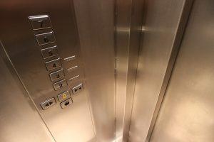 Fahrstuhl aus Edelstahl