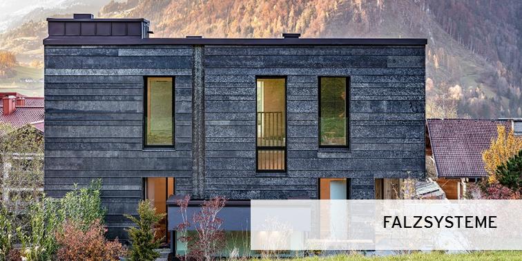 dunkle Fassade mit Winkelfalz aus Edelstahl