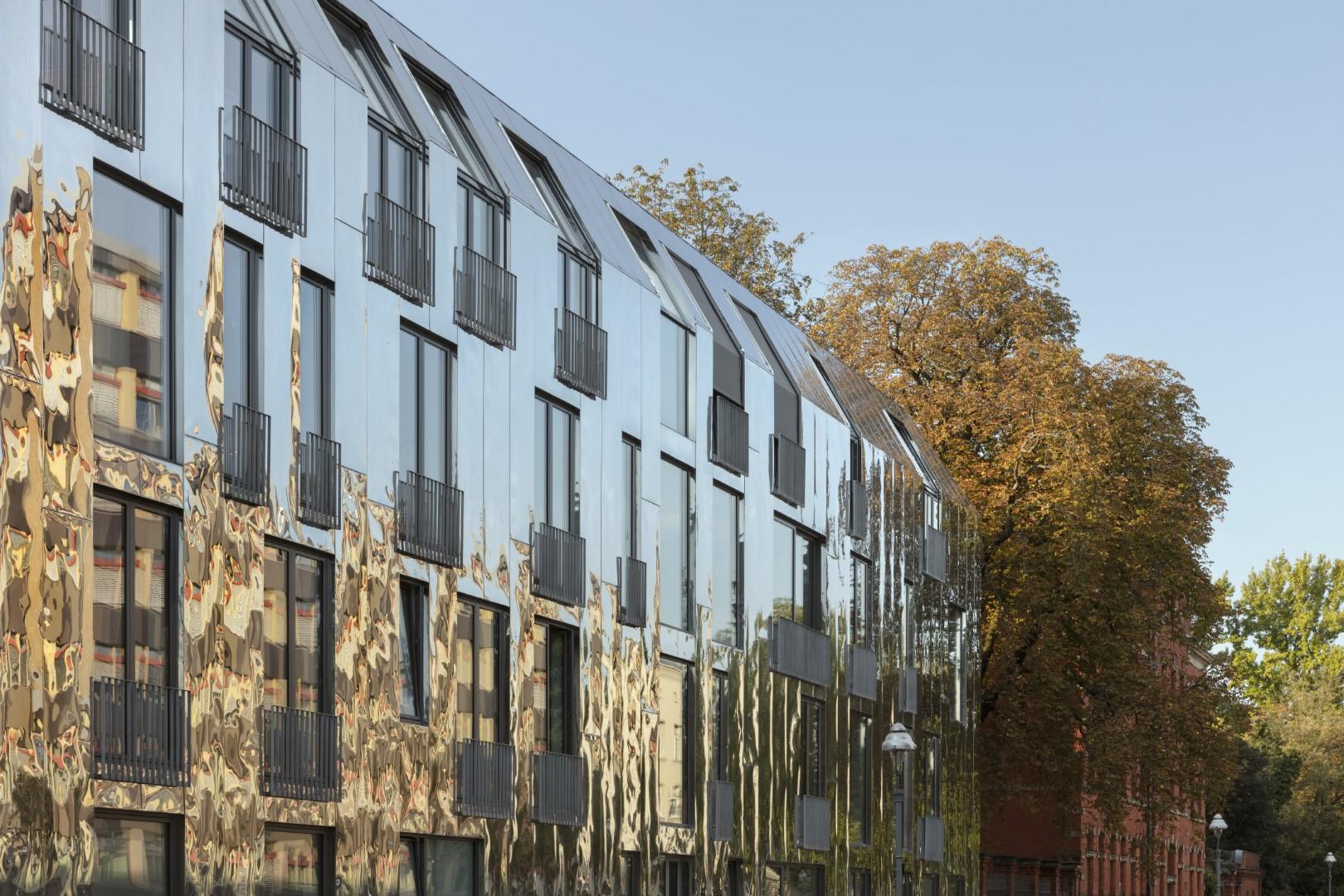 Großformatige Schindel aus HFX Edelstahl für Dach und Fassade